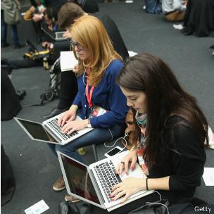 Gente en una computadora