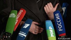 Микрофоны с логотипами ряда российских СМИ
