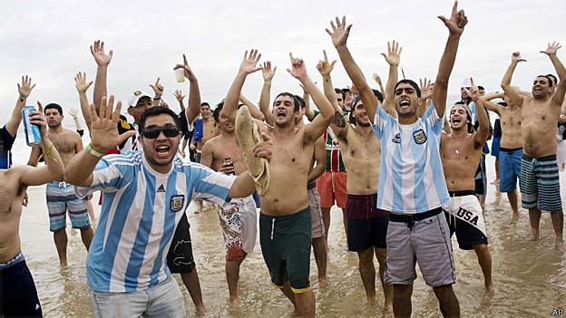 Torcedores da Argentina na praia de Copacabana fazem o gesto lembrando os 7-1 marcados pela Alemanhã contra o Brasil nas semifinais (AP)