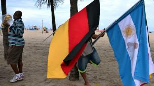 No Rio de Janeiro, bandeiras de Alemanha e Argentina