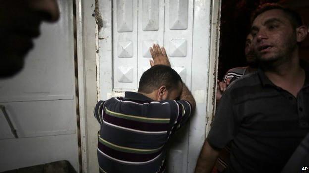 Палестинцы оплакивают своих погибших родственников в морге Газы