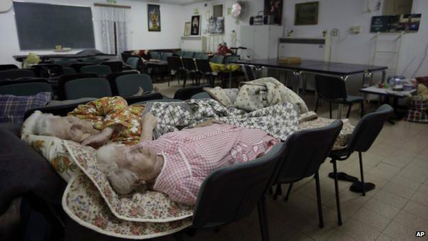 Пожилые израильтянки ночуют в бомбоубежище
