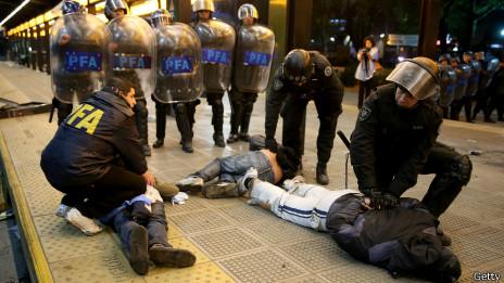 Polícia detém torcedores em Buenos Aires | Crédito: Getty