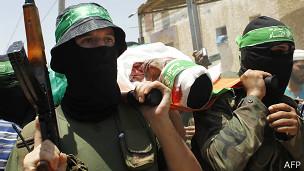 Militante de Hamas durante el entierro de uno de sus colegas