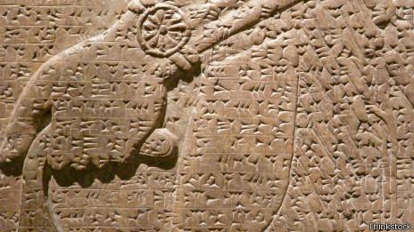 Escritura cuneiforme asiria