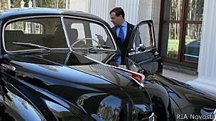 Дмитрий Медведев в старинной машине