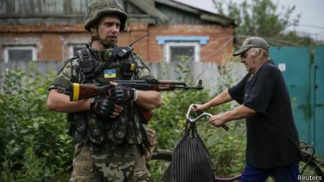 Украинский солдат и местный житель