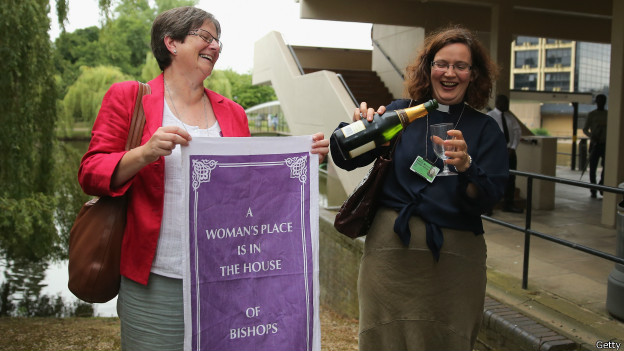 Mulheres comemoram aceitação de bispas pela Igrea Anglicana (Getty)