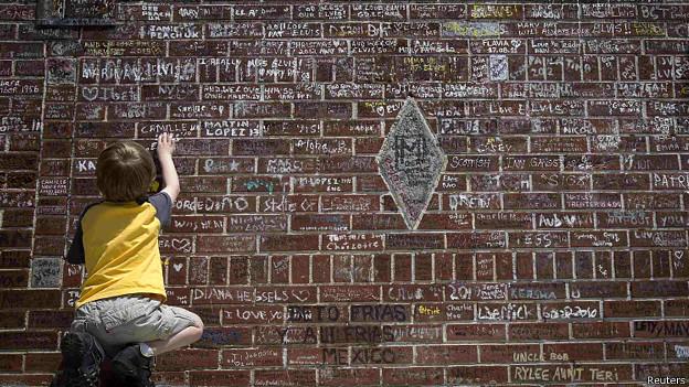 Мальчик пишет на стене в Грейсленде