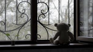 Urso de pelúcia na janela (ThinkStock)