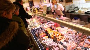 Alemanes comprando salchichas