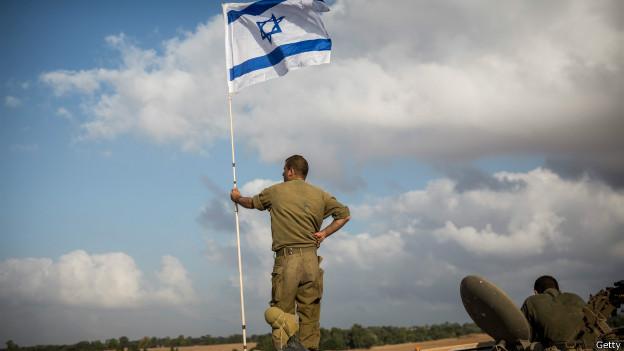 Soldado israelí mira hacia Gaza desde un tanque