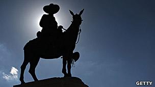 Estatua de Sandino frente al Estadio Nacional