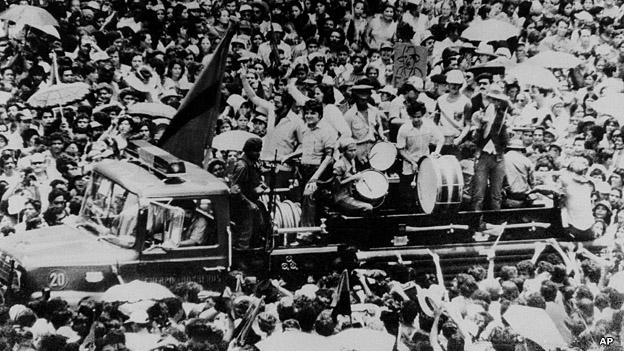 Guerrilleros sandinistas entran a Managua para conformar el primer gobierno provisional.
