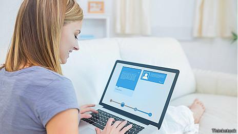 Mujer viendo computadora.