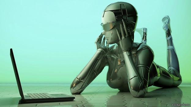 Robot mirando computadora