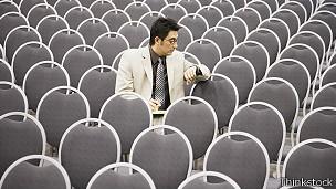 Hombre mirando el reloj en sala de conferencias