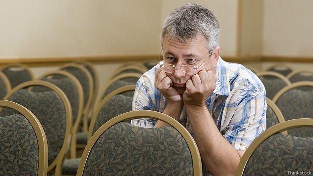 Hombre aburrido en conferencia