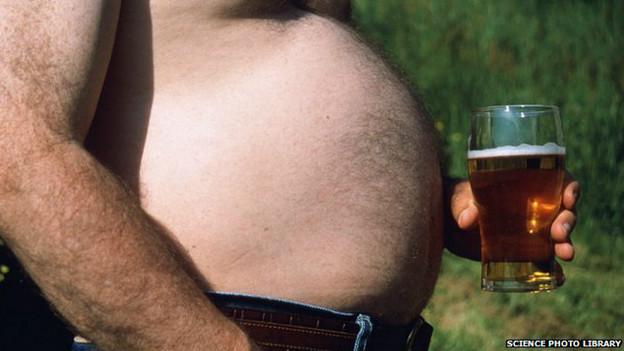Beber demasiado alcohol puede contribuir a la obesidad