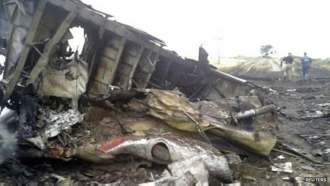 Escombros del avión estrellado.