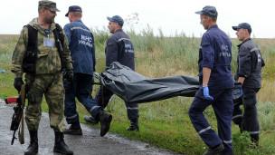 Спасатели уносят тела жертв авиакатастрофы