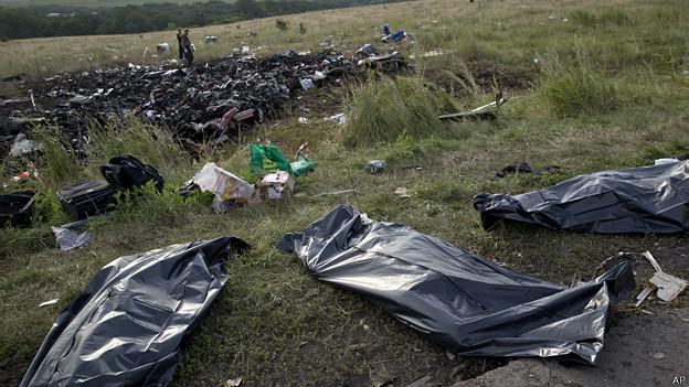 # RUMOR DE GUERRA: Seguimiento vuelo MH17 - Página 2 140719194042_ukraine_malaysian_plane_bodies_624x351_ap