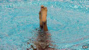 Chapuzón en una piscina.