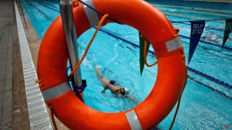 Nadando en una piscina.