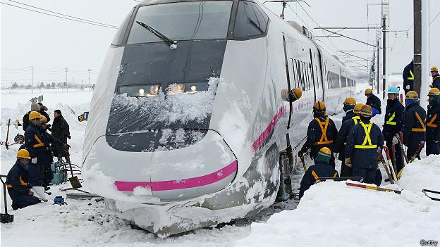 Скоростной поезд сошел с рельсов