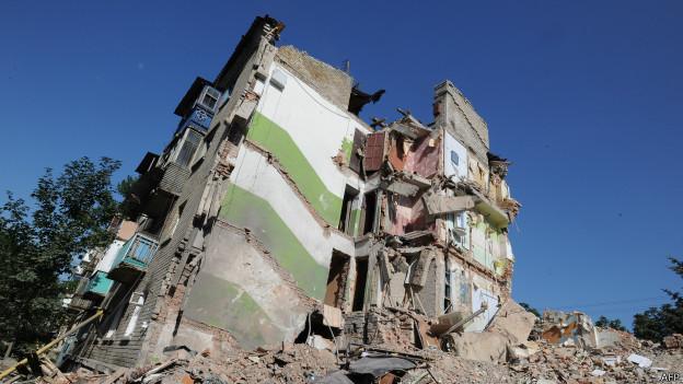 Дом в городе Снежное, разрушенный во время боев