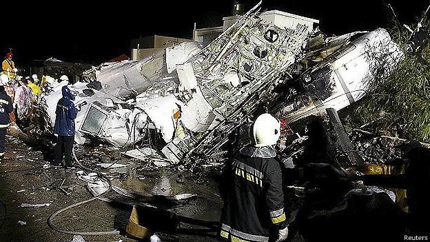 Avión se estrella en Taiwan