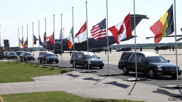 Tabutlar Eindhoven hava bazasını tərk edir. 23 iyul 2014