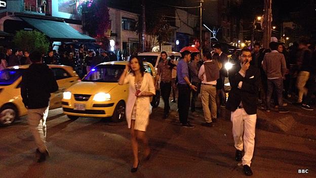 """Una típica escena del final de la noche en la """"zona rosa"""" bogotana: miles de personas disputándose los pocos taxis disponibles."""