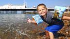 小孩与清凉的海水