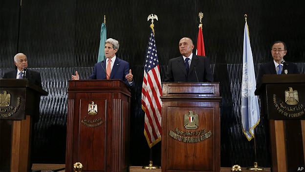 El secretario general de la Liga Árabe, Nabil al-Araby, John Kerry, el canciller egipcio Sameh Shukri y el secretario general de la ONU, Ban Ki-moon, en El Cairo