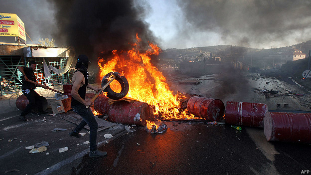 Palestinos bloquean carretera en Cisjordania que comunica asentamientos judíos
