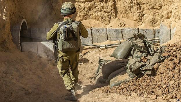 Soldado israelí en la entrada de un túnel