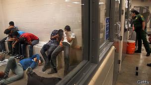 Inmigrantes capturados por la patrulla fronteriza en McAllen, Tejas.
