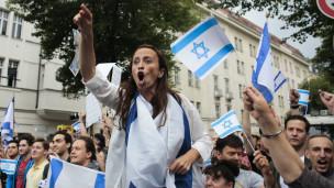 Manifestante pró-Israel em Berlim, 25 de julho | Foto: AP