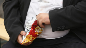 Hombre obeso comiendo.