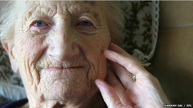 Rostro de una abuela sonriente