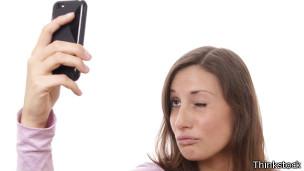 Mujer tomándose un selfie