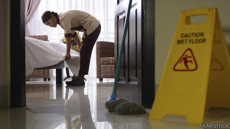 Camarera limpia la habitación de un hotel