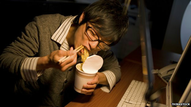 Hombre comiendo.