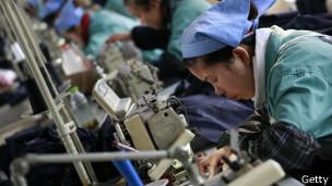 Mujeres trabajando en una maquiladora.