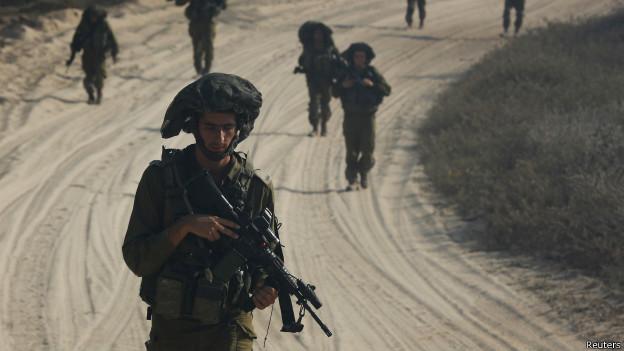 Soldado israelense na fronteira com Gaza. Crédito: Reuters