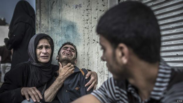 Palestinos choram morte de partes em escola atingida. Credito: EPA