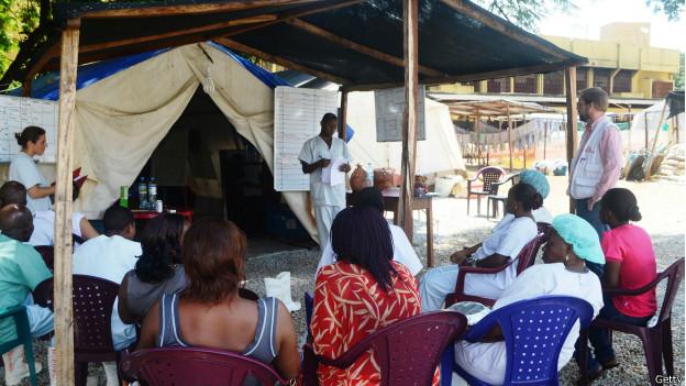 Personal médico del hospital de Donka, en Guinea, se prepara para una intervención en el área de aislamiento.
