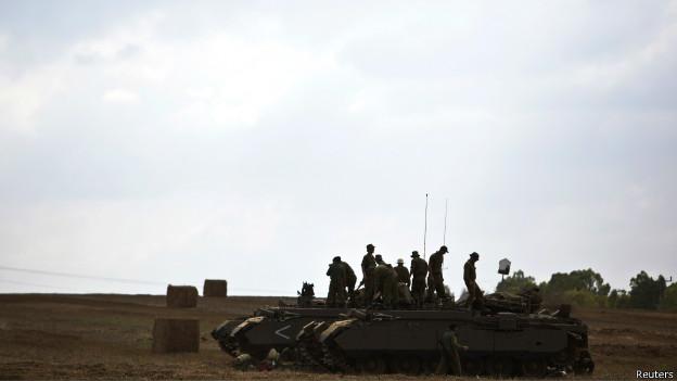 Reservistas israelíes en un tanque