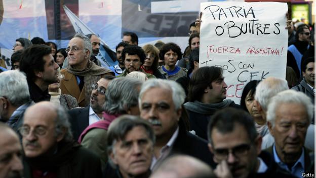 """Protesta contra los """"fondos buitre"""" en Argentina."""